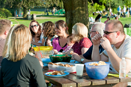 large get together / fam'ly at picnic table / picnic in the park